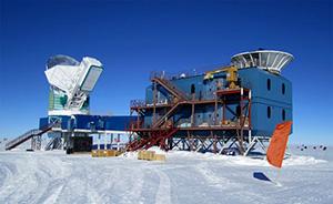 """Astronomie im ewigen Eis - Das Millimeter-Radioteleskop """"Bicep2"""" (rechts) an der Südpolstation."""