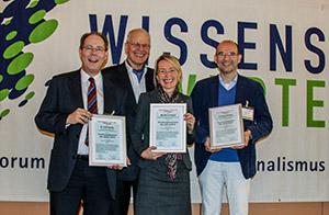 Die drei Forshungssprecher 2014 bei der Auszeichnung: v.l. Rolf Hömke, Monika Landgraf, Cristian Walther, dahinter der Verleiher Reiner Korbmann. (Foto: Alexander Gerber)
