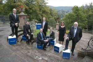 Klaus Tschira (rechts) mit sechs Preisträgern des Klartext-Wettbewerbs. (Foto: Tschira Stiftung)