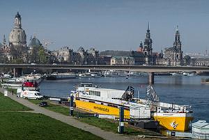 Ein Schiff der Wissenschaft (vor der Kulisse von Dresden) - Werbung oder Information vor Ort? (Foto: I.Hendel/WiD)