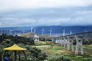 Modernste Infrastruktur:  Kilometerweite Windenergie-Felder am Manjil-Stausee.