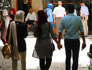 Gesetze und Zivilgesellschaft: Enge Hosen, durchscheinende Kleidung, Händchenhalten in der Öffentlichkeit - verboten und doch überall zu sehen.