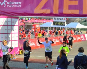 Zieleinlauf nach 21,1 Kilometern beim München Marathon.